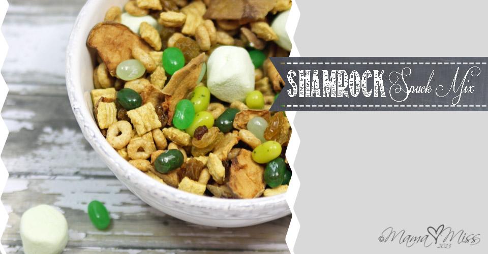Shamrock Snack Mix #StPatricksDay #healthysnacks #funsnacksforkids | https://www.mamamiss.com ©2013
