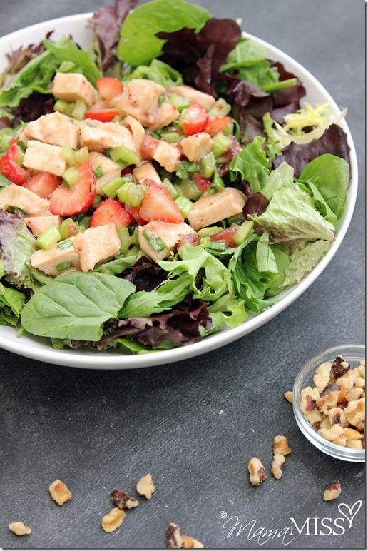 Strawberry-Chicken Salad #summersalad #strawberry #chicken #walnuts #healthy