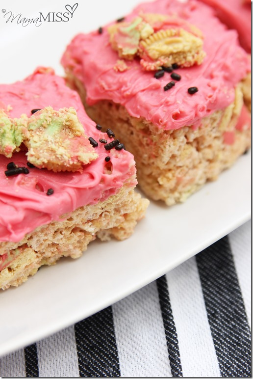 Soooo good & the perfect summer treat - Watermelon Rice Krispie Treats | Mama Miss #oreo #watermelon #ricekrispies