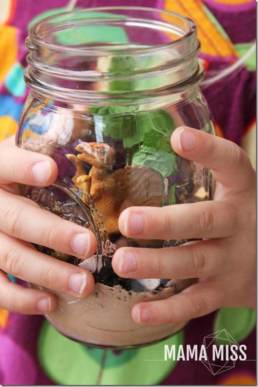 Dino Terrarium Jars | @mamamissblog #PartyInAJar #dinoparty #kidparty #masonjarcrafts