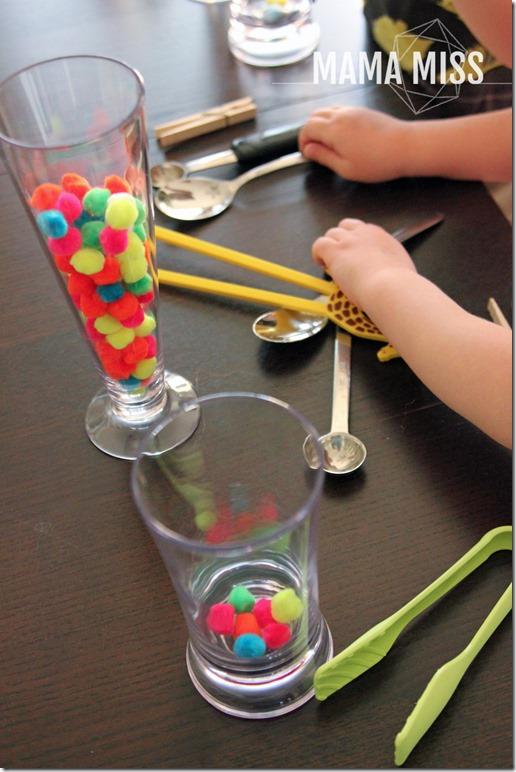 Pom Pom Grab |@mamamissblog #preschool #busybag #finemotorskills