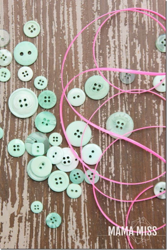 fine motor: Button Bracelet | @mamamissblog #finemotor #buttons #playmatters
