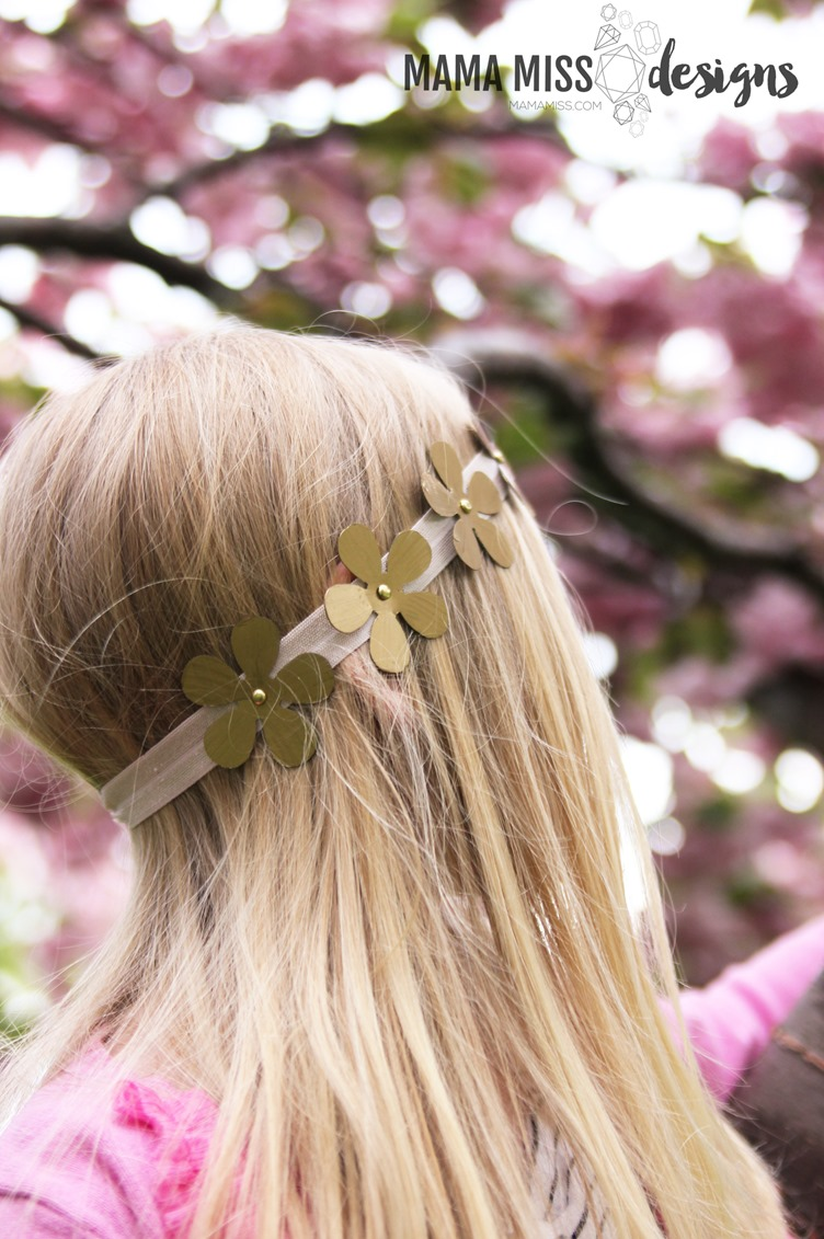 Boho Flower Headband - A fancy little headband for your inner hippie chick using everyday materials on @mamamissblog