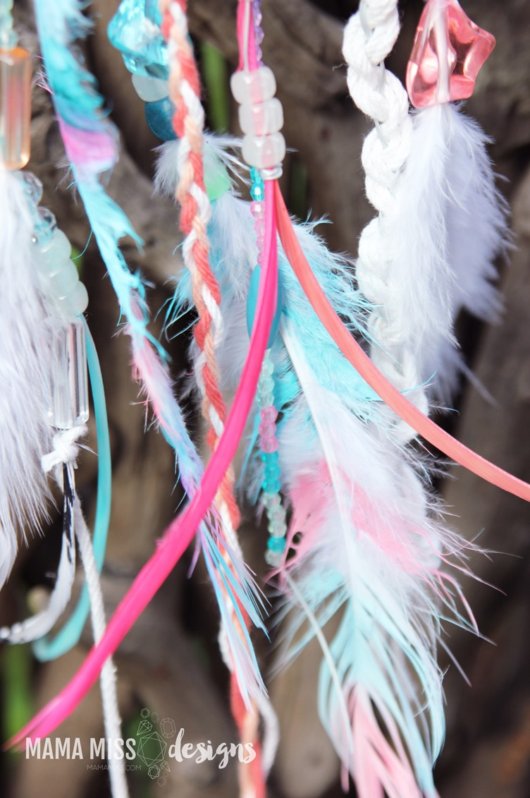 These whimsical Woodland Dream Catchers are sure to help your little one chase away bad dreams. from @mamamissblog